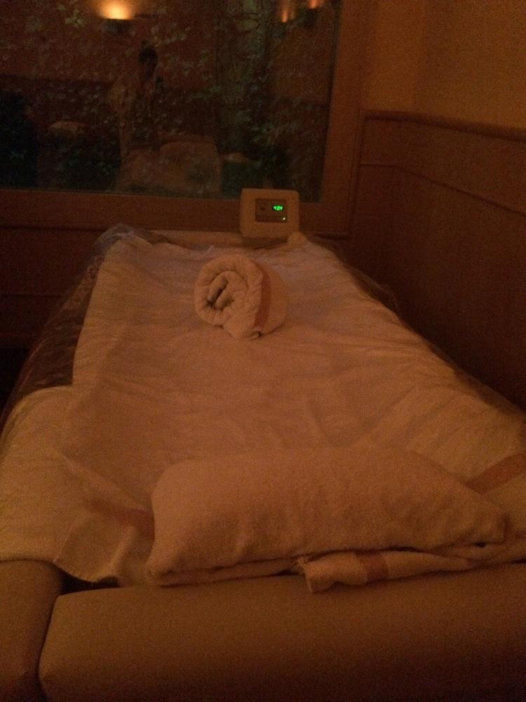 Floating massage table