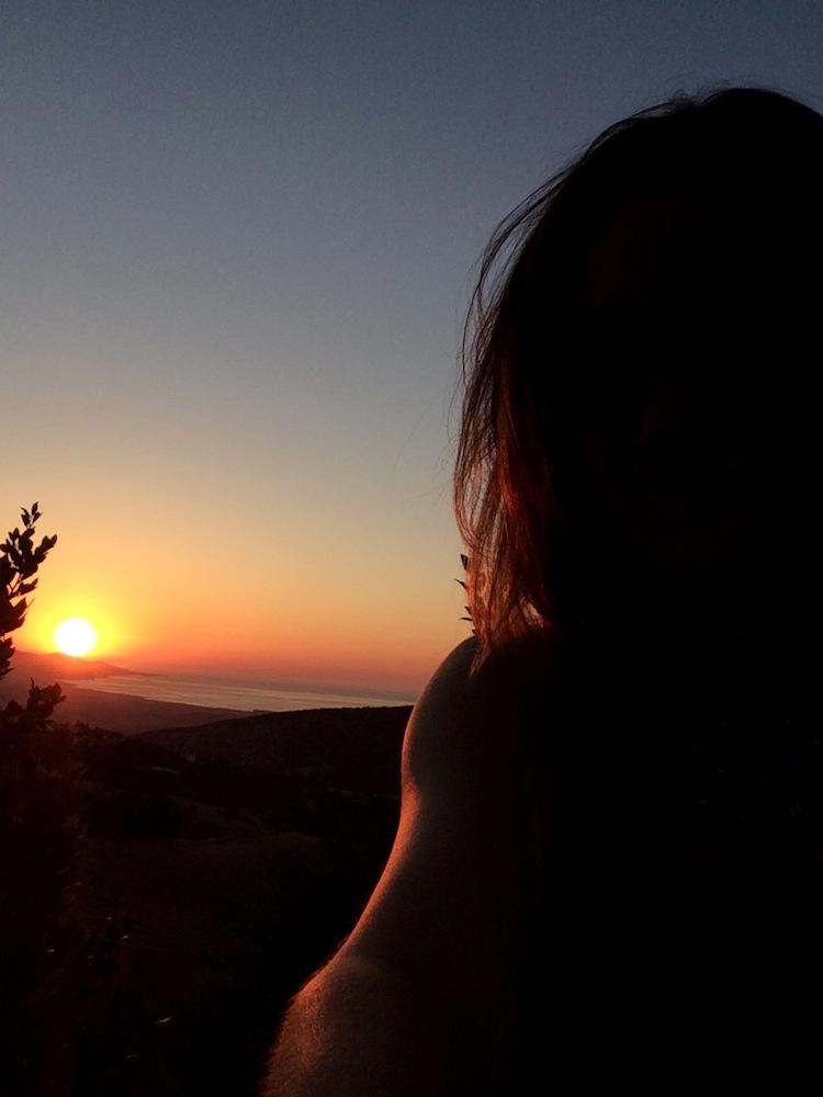 Девушка со спины на закате