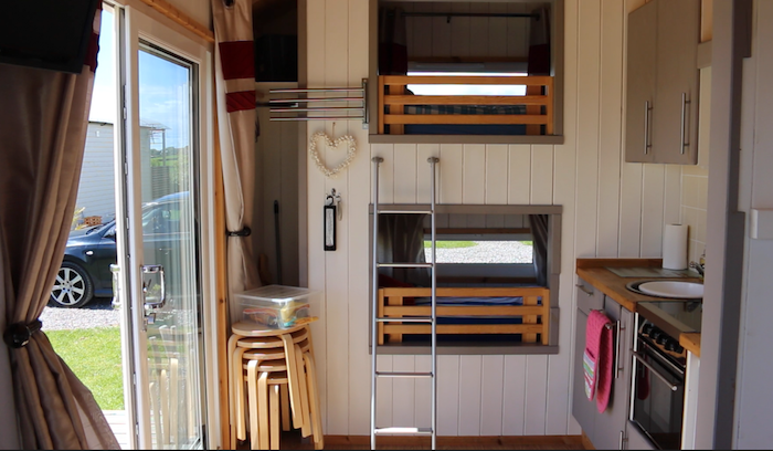 Shepherd Hut - Bunk beds and kitchen