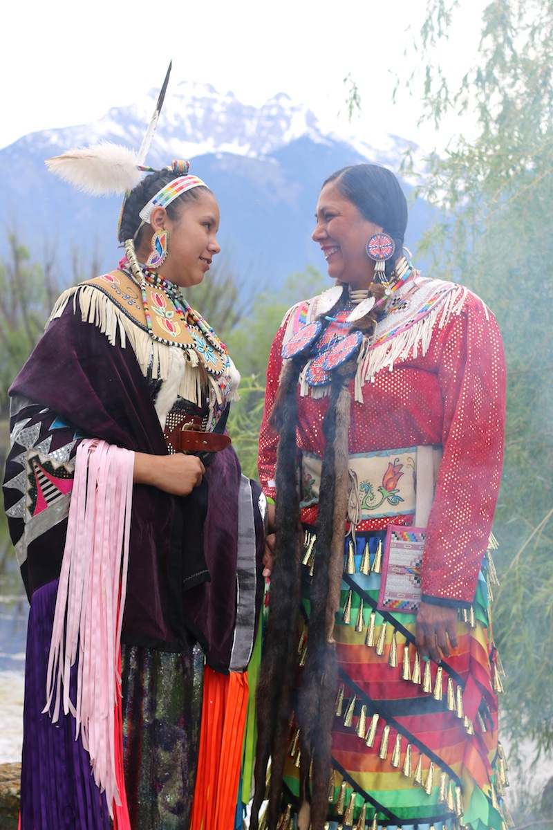 American Indian Dancers mother and daughter